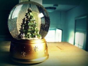 47526-snow-globe-christmas-tree