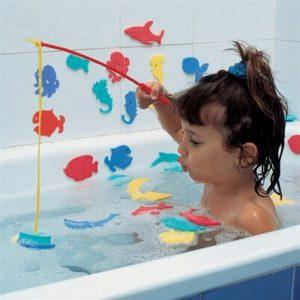 Fang fisk i badekarret - sjov badeleg til dit barn.