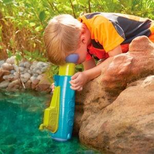 Gå på opdagelse under vandet med en undervandskikkert.